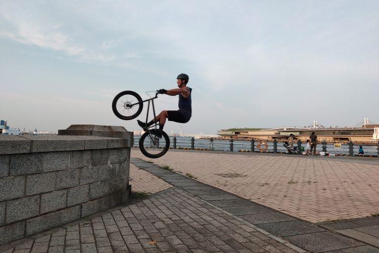 Anak muda menikmati waktu santainya di sekitar pelabuhan, Shot on OPPO Reno 10x Zoom (Dok. Didi Kaspi Kasim)