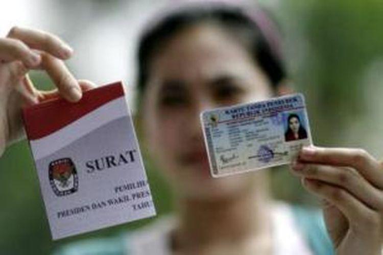 Ilustrasi surat suara: Yuanita, warga Kecamatan Menteng, Jakarta Pusat menunjukkan KTP dan surat suara sebelum menyalurkan suaranya di TPS 35, Menteng, Jakarta Pusat, Rabu (8/7/2009).