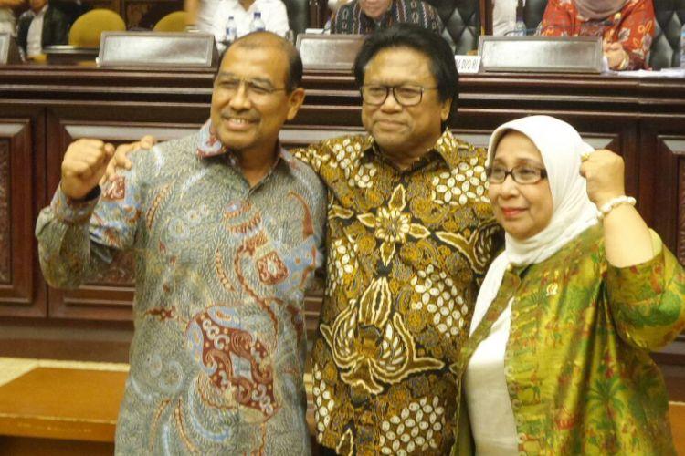 Ketua DPD RI terpilih Oesma  Sapta Odang (tengah) bersama Wakil Ketua DPD RI terpilih Nono Sampono dan Darmayanti Lubis seusai penetapan pimpinan baru DPD di Kompleks Parlemen, Senayan, Jakarta, Selasa (4/4/2017) dini hari.