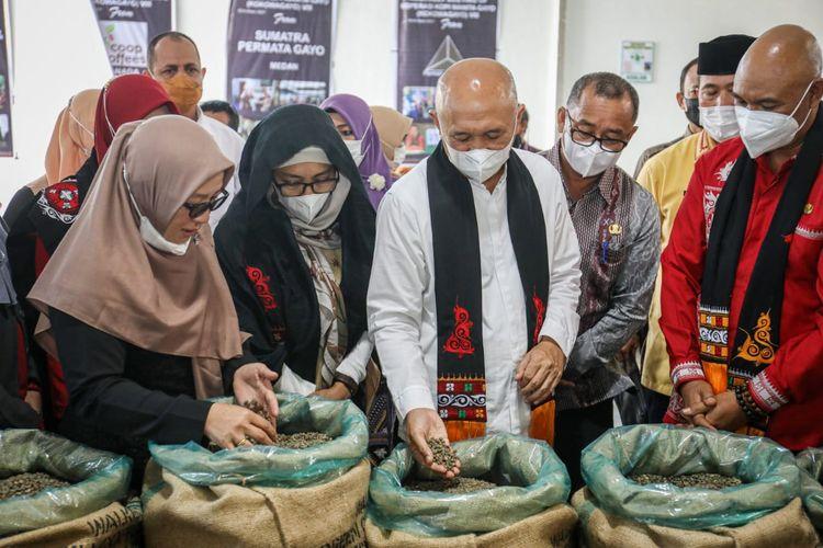 Menteri Koperasi dan UKM Teten Masduki saat berkunjung ke Kokowagayo di Bener Meriah, Aceh.