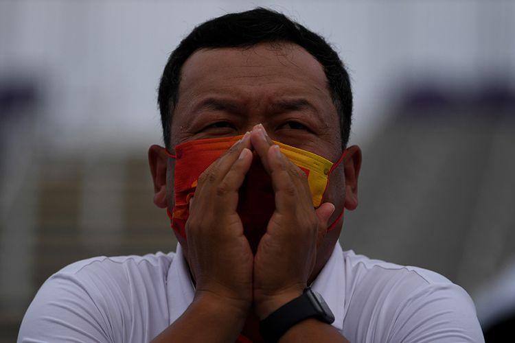 Seorang ofisial dari China menyemangati atlet panahannya saat bertanding dalam Olimpiade Tokyo 2020 di Yumenoshima Park Archery Field, Tokyo, Jepang, Senin (26/7/2021). Penyelenggaraan Olimpiade yang diselenggarakan tanpa penonton dari kalangan umum tersebut merupakan keputusan di tengah kondisi darurat Covid-19 yang sedang diberlakukan di Ibu Kota Jepang.