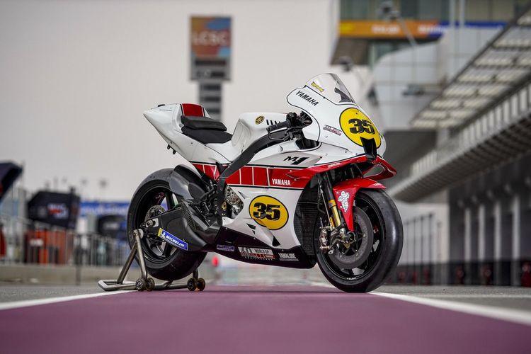 Yamaha YZR-M1 dengan livery legendaris paduan warna merah-putih dan motif speedblock