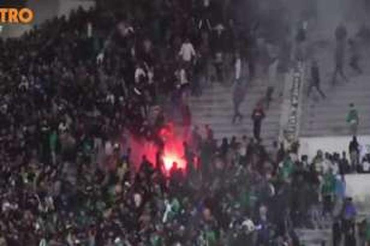 Kerusuhan antara pendukung tim sepakbola pecah di Kota Casablanca, Maroko, Sabtu malam. Dua orang dilaporkan tewas dan puluhan lainnya terluka dalam insiden ini.