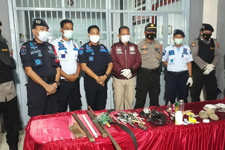 Petugas gabungan Lembaga Pemasyarakatan (Lapas) kelas IIA Kota Palopo, bersama BNN dan Kepolisian Resor Palopo menyita sejumlah barang terlarang dari bilik Narkoba. Rabu (07/04/2021).