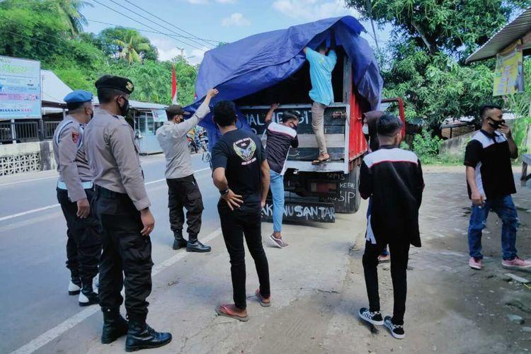 Rombongan group kecimol dihentikan Polisi saat hendak menuju lokasi Hajatan pernikahan di Lombok Barat, Senin (16/8/2021)