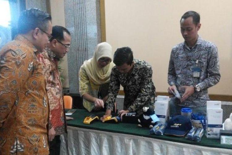 Menteri Perhubungan Budi Karya Sumadi dan Direktur Utama PT Bank Mandiri (Persero) Tbk Kartika Wirjoatmodjo meninjau penggunaan EDC Bank Mandiri di kantor Kementerian Perhubungan, Senin (23/1/2017).