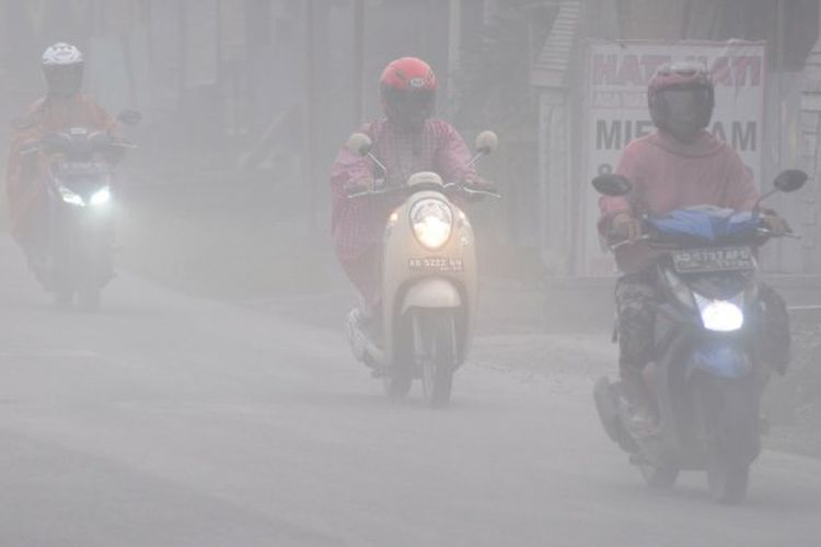 Sejumlah pengendara melintas saat terjadi hujan abu di Mojosongo, Boyolali, Jawa Tengah, Selasa (3/3/2020). Hujan abu terjadi di beberapa wilayah Boyolali akibat erupsi Gunung Merapi pada pukul 05.22 WIB dengan tinggi kolom 6.000 meter. ANTARA FOTO/Aloysius Jarot Nugroho/pras.