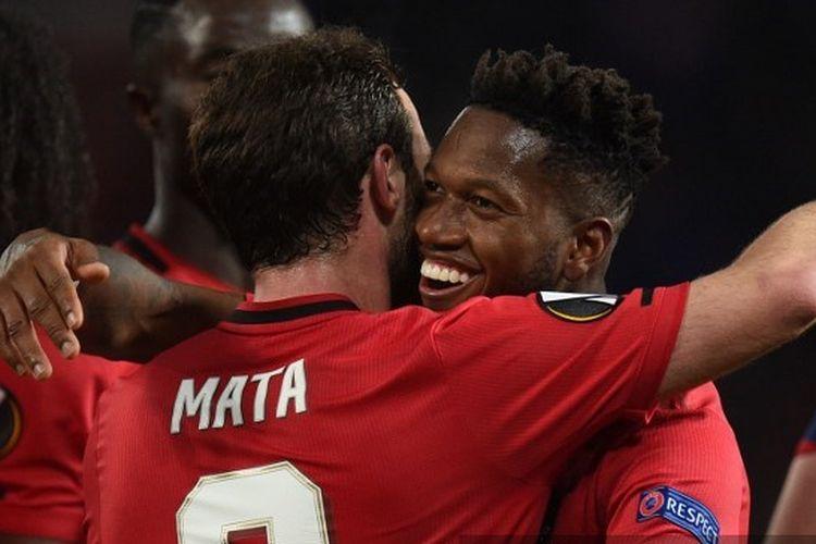 Juan Mata dan Fred seusai laga Manchester United vs Club Brugge pada leg kedua babak 16 besar Liga Europa 2019-2020.
