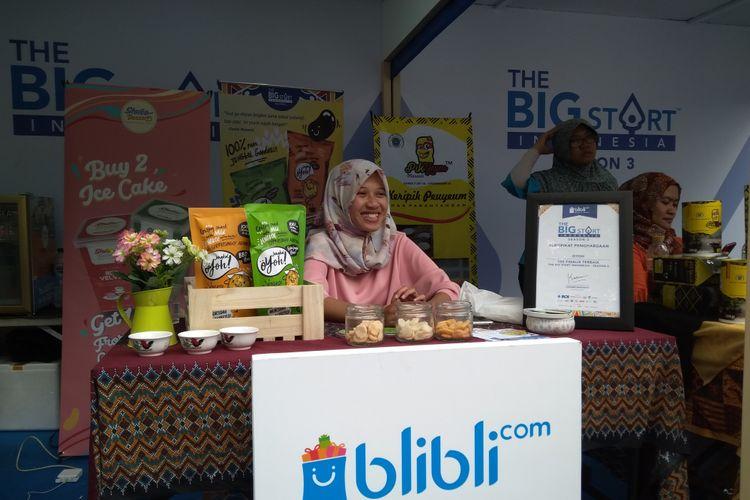 Imas Mintarsih, produsen keripik jengkol Oyoh De Kerupuk Jengkol ketika ditemui Kompas.com di acara Roadshow The Big Start Indonesia di kawasan Cihampelas, Bandung, Sabtu (21/7/2018).