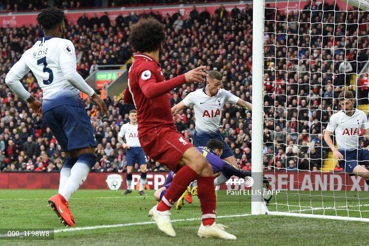 Bek Tottenham Hotspur, Toby Alderweireld, mencetak gol bunuh diri pada pengujung laga melawan Liverpool di Stadion Anfield, Minggu (31/3/2019).