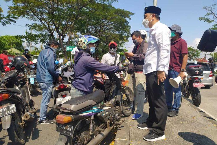 Wali Kota Surabaya Eri Cahyadi saat meninjau penyekatan di Jembatan Suramadu sisi Surabaya, Minggu (6/6/2021).