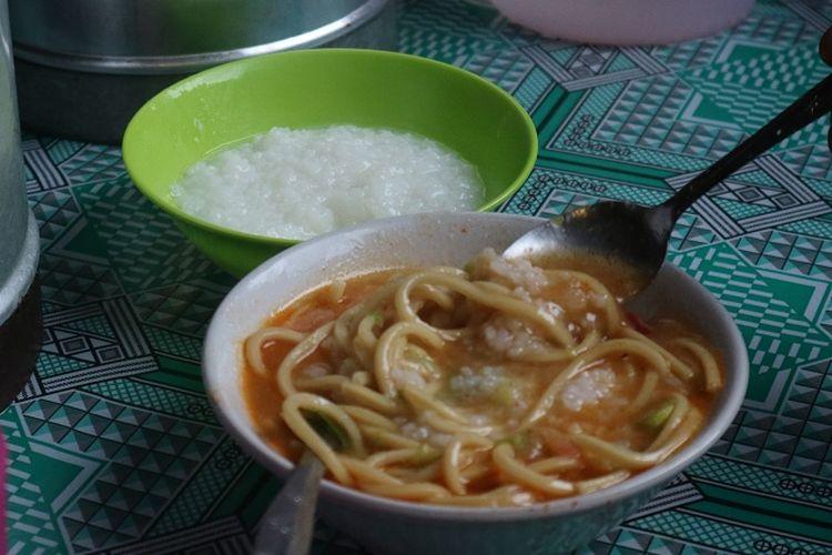 Mi Gomak makanan khas Batak ini biasa dimakan dengan bubur oleh orang Balige