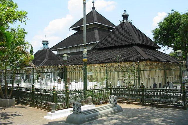 Cungkup Utama Masjid Agung Demak. Masjid Agung Demak dibangun oleh Raja Demak I Raden Patah atas saran Wali Songo yang dimulai pada 1477 M.