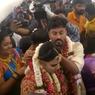 """Pasangan India Gelar """"Pernikahan di Udara"""" untuk Hindari Pembatasan Covid-19"""