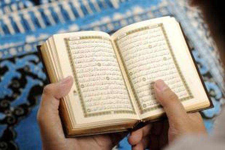 Membaca Al Quran.