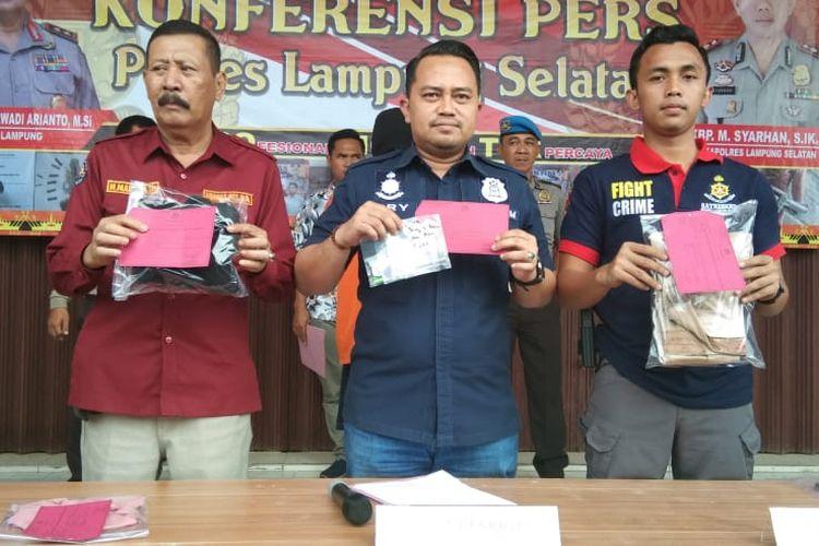 Kasat Reskrim Polres Lampung Selatan AKP Try Maradona (tengah) menunjukkan sejumlah barang bukti yang disita dari tersangka pembunuhan gadis remaja yang jasadnya dibuang di Stadion Kalianda, Rabu (27/11/2019). Tersangka sempat membawa jasad korban berkeliling di Jalan Tol Lampung sebelum dibuang.