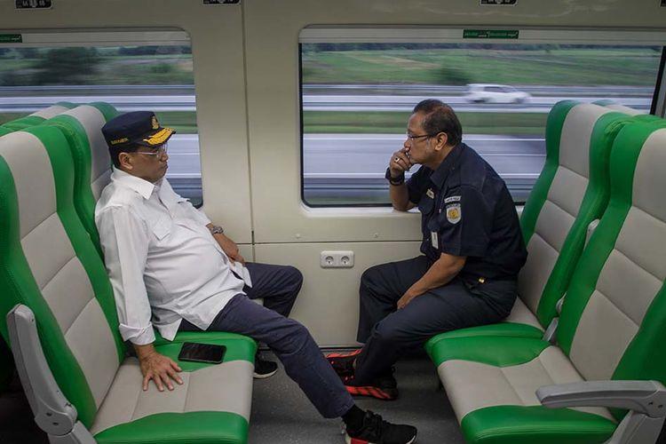 Menteri Perhubungan Budi Karya Sumadi (kiri) berbincang dengan Direktur Utama PT Kereta Api Indonesia (KAI) (Persero) Edi Sukmoro (kanan) saat mengikuti perjalanan Kereta Api (KA) Bandara Adi Soemarmo-Stasiun Balapan di Solo, Jawa Tengah, Sabtu (28/12/2019). Kereta Api Bandara Adi Soemarmo yang terintegrasi dengan Stasiun Balapan Solo tersebut berkapasitas total 396 penumpang dan direncanakan beroperasi 60 kali perjalanan pulang pergi dalam sehari.