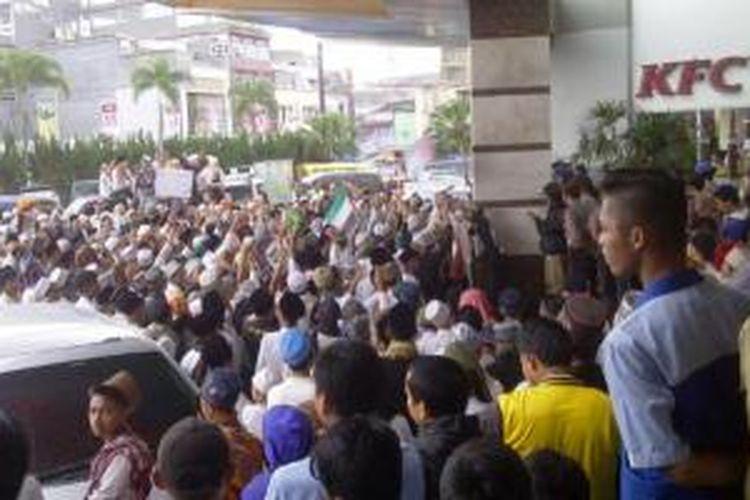 Ribuan santri Pondok Pesantren Miftahul Huda, Tasikmalaya, berunjuk rasa di depan restoran KFC Mayasari Plaza dalam rangka mengutuk aksi zionis Israel terhadap Palestina, Selasa (15/7/2014) sore.