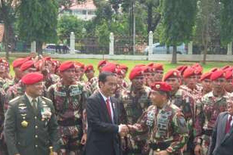 Presiden Joko Widodo bersalaman dengan Danjen Kopassus usai pengarahan di Markas Kopassus Kamis pagi.