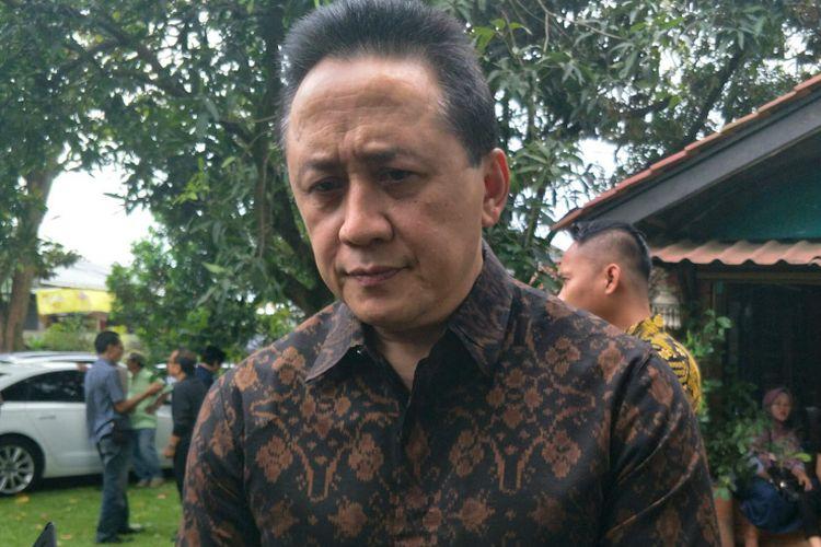 Kepala Badan Ekonomi Kreatif Triawan Munaf di rumah duka Yon Koeswoyo di jalan Salak, Pamulang, Tangerang Selatan, Jumat (5/1/2018).
