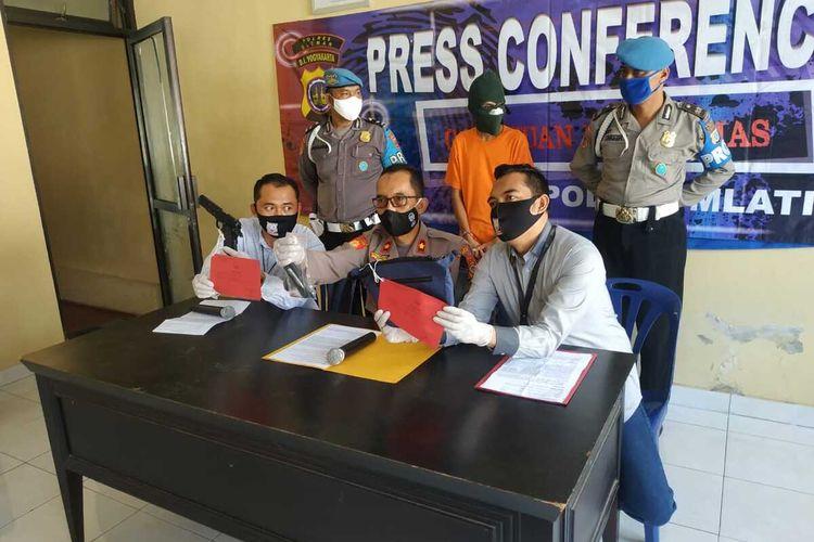 Kapolsek Mlati Kompol Hariyanto dan Kanit Reskrim Polsek Mlati Iptu Noor Dwi Cahyanto saat menunjukan barang bukti pistol jenis air gun yang digunakan pelaku HN. (Foto Dokumentasi Polsek Mlati).