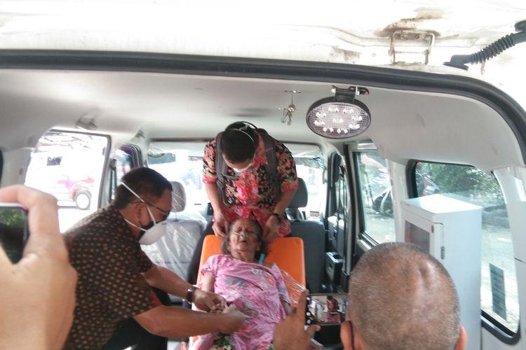 Salah satu warga Kutamekar, Kecamatan Ciampel, Kabupaten Karawang yang keracunan gas caustic soda, Kamis (3/6/2021).