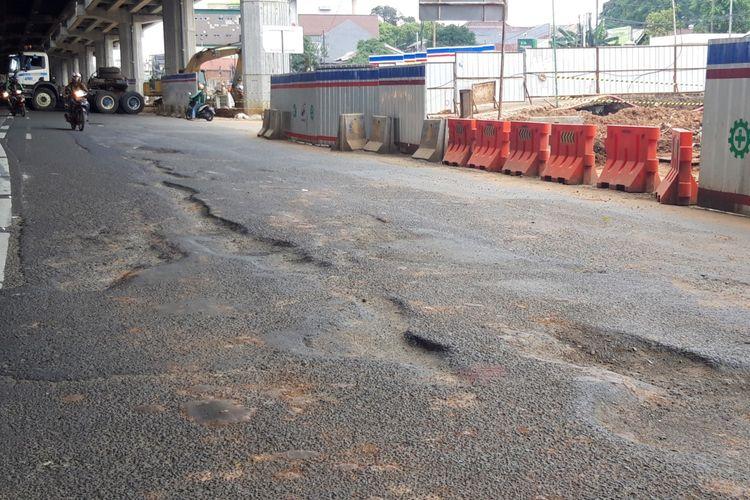 Kondisi jalan yang berlubang dan rusak di Jalan DI Panjaitan, Cipinang Cempedak, Jakarta Timur, Rabu (27/2/2019)
