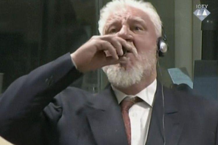Terpidana tindak kejahatan perang Bosnia Slobodan Praljak (72) menenggak cairan dari botol kecil di hadapan persidangan.