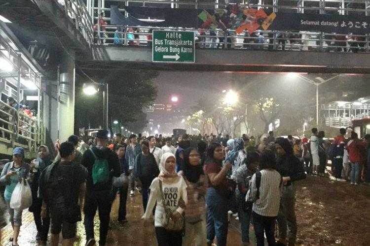 Suasana trotoar Jalan Jenderal Sudirman dekat Pintu 6 Gelora Bung Karno setelah upacara penutupan Asian Games 2018, Minggu (2/9/2018).