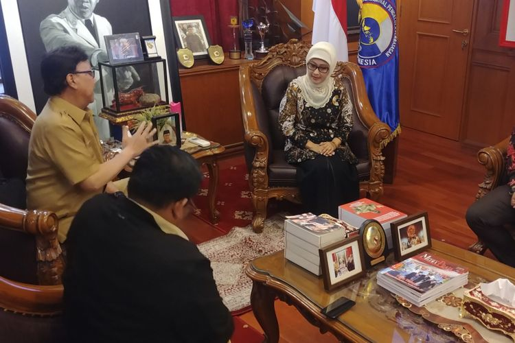 Anna Sophanah yang baru saja mengundurkan diri dari posisi bupati Indramayu menemui Menteri Dalam Negeri Tjahjo Kumolo. Ia bertemu Tjahjo untuk menjelaskan alasan pengunduran dirinya.  Anna datang ke Kantor Kemendagri, Selasa (13/11/2018) pukul 13.05 WIB.