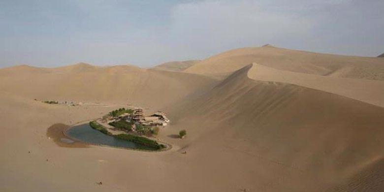 Oase yang disebut Crescent Lake (atau Yueyaquan dalam bahasa China) adalah sebuah mata air segar berbentuk  bulan sabit yang terletak sekitar 6 kilometer di selatan kota Dunhuang di China barat laut.