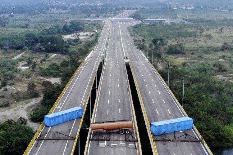 Pasukan militer Venezeula memblokir Jembatan Tienditas, di perbatasan antara Cucuta di  Kolombia dan Tachira di Venezuela, dengan kontainer pada Rabu (6/2/2019). (AFP/EDINSON ESTUPINAN)