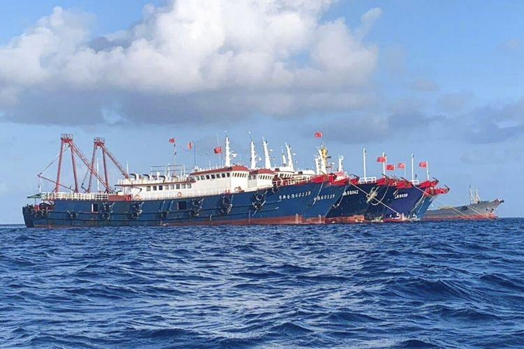 Pemerintah Filipina mengatakan Rabu (31/3/2021) bahwa lebih dari 250 kapal China yang diyakini beroperasi oleh milisi telah terlihat di dekat enam pulau dan terumbu karang yang diklaim Manila di Laut Cina Selatan.