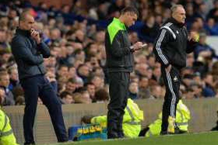 Roberto Martinez dan Francesco Guidolin perhatikan laga Everton vs Swansea di Goodison Park, Minggu (24/1/2016).
