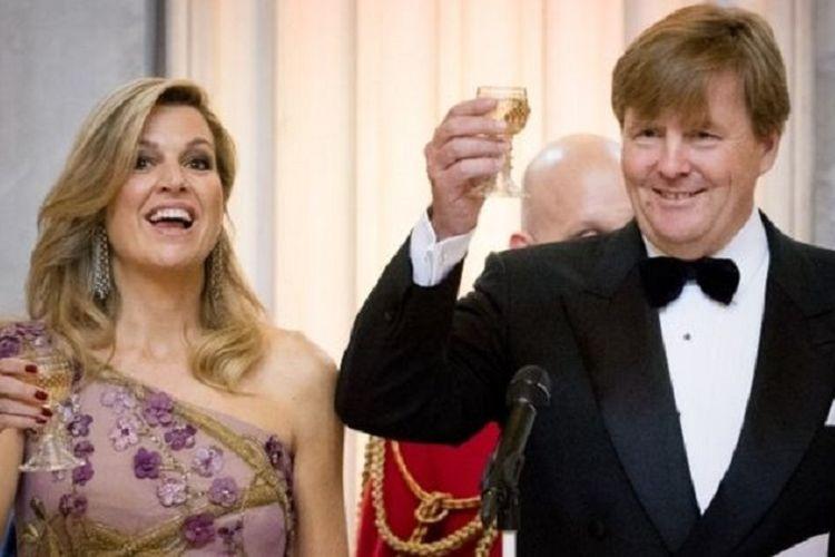 Raja Willem-Alexander dari Belanda bersama istrinya, Ratu Maxima, saat perayaan ulang tahun ke-50 di Istana Kerajaan, 28 April 2017.