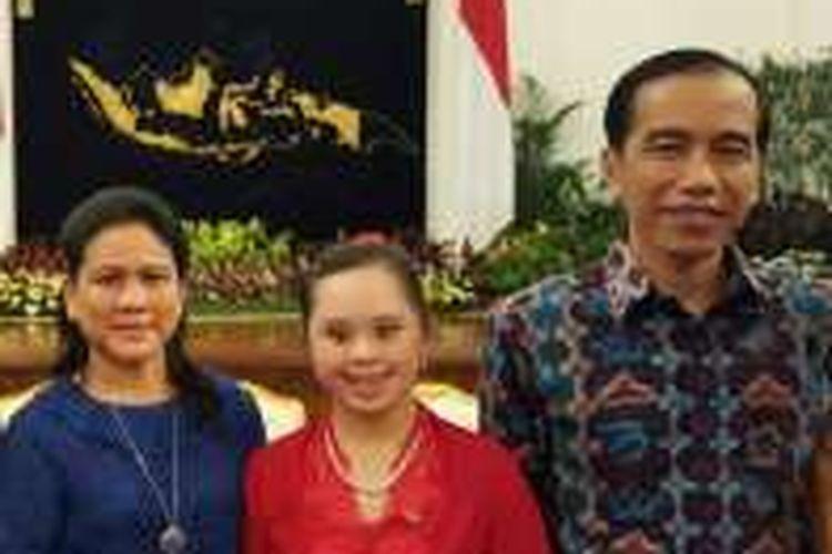 Stefani Handojo bersama Presiden Joko Widodo dan ibu negara, Iriana Joko Widodo di Istana Negara.