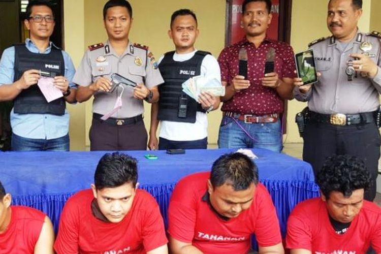 Kompol Daniel Marunduri didampingi Kanit Reskrim AKP Nur Istiono memperlihatkan barang bukti dan empat pelaku di Polsekta Sunggal, Jumat (3/2/2017)