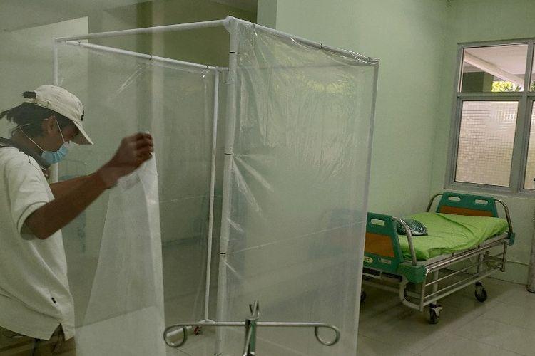 Petugas menyiapkan ruangan kerja karyawan sebagai tempat isolasi dengan menambah 24 bed untuk merawat pasien Covid-19 di RSUD Kardinah Kota Tegal, Rabu (30/6/2021).