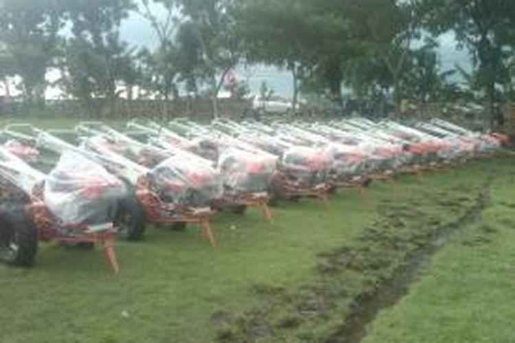 Traktor-traktor yang akan diserahkan Presiden Joko Widodo kepada kelompok petani Jawa Timur pada Sabtu (31/1/2015).