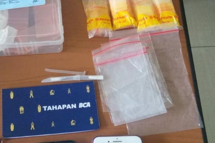 Petugas Badan Narkotika Nasional (BNN) Provinsi Maluku menyita barang bukti 50 gram sabu, kartu identitas dan 10 ATM dari dua kurir sabu saat penangkapan di kawasan Bandara Pattimura Ambon, Selasa (6/4/2021)