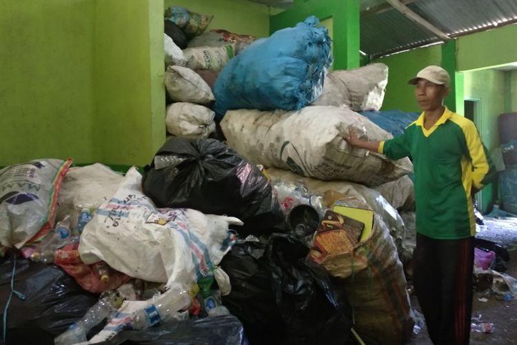 Petugas bank sampah Flamboyan dibayar Rp 1,2 juta sebulan. Mereka selain mengangkut sampah ke rumah sakit dan tempat sampah, ia juga memilah sampah di bank sampah.