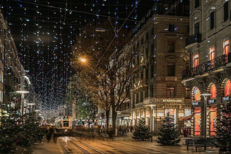 Pemandangan Bahnhofstrasse, Zurich, di musim natal