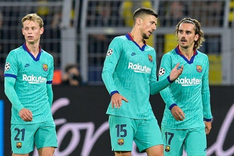 Frenkie De Jong, Clement Lenglet, dan Antoine Griezmann tampak tengah berdiskusi laga Borussia Dortmund vs Barcelona dalam pertandingan Liga Champions di Signal Iduna Park, 17 September 2019.