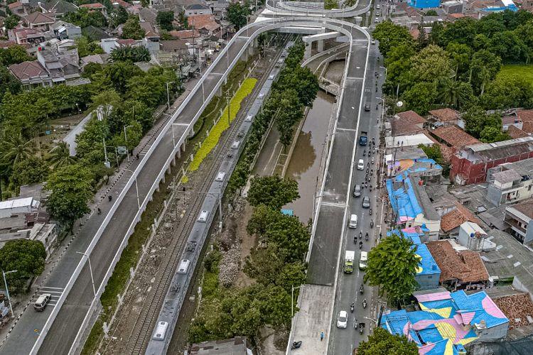 Genteng-genteng di sekitar Fly Over Tapal Kuda, Lenteng Agung, Jagakarsa, Jakarta Selatan dicat.