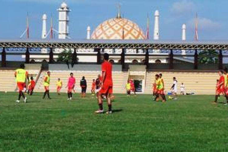 Persija Jakarta berlatih di lapangan Markas Komando Brimob Kelapa Dua, Depok, Kamis (29/1/2015) pagi.