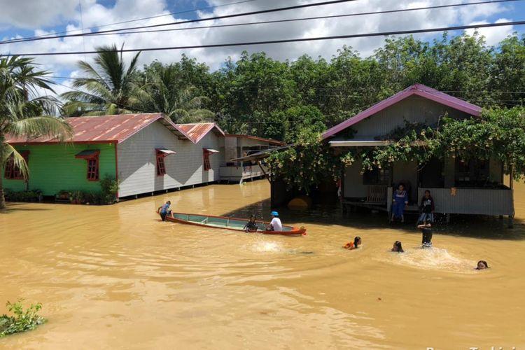 Ketinggian banjir di beberapa desa di Kabupaten Berau, Kalimantan Timur, sejak beberapa hari terakhir. Hujan deras yang mengguyur wilayah itu pekan lalu, sejak Kamis (13/5/2021) hingga Minggu (16/5/2021) membuat 4 kecamatan dan 14 desa terendam.