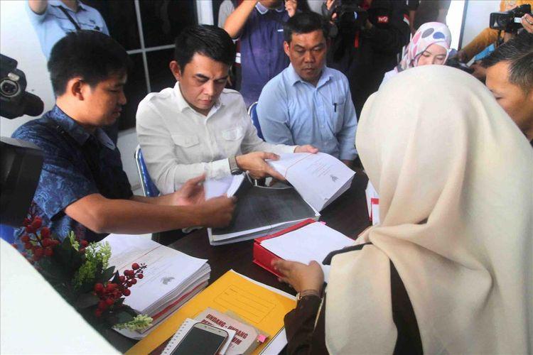 Penyidik Gakkumdu saat melimpahkan berkas perkara lima komisioner KPU Palembang yang diduga melakukan pelanggaran pemilu kepada Kejasaan Negeri Palembang, Rabu (19/6/2019).