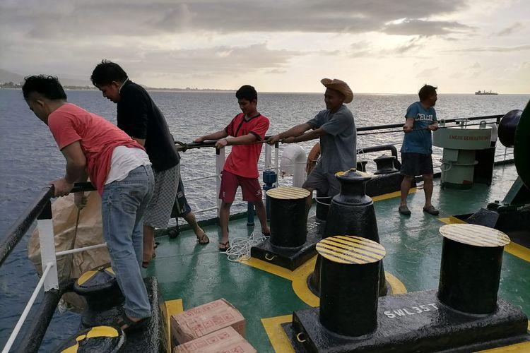 Para ABK Tanker MT Ocean Star asal Indonesia, saat mendapat bantuan makanan dari KBRI Timor Leste