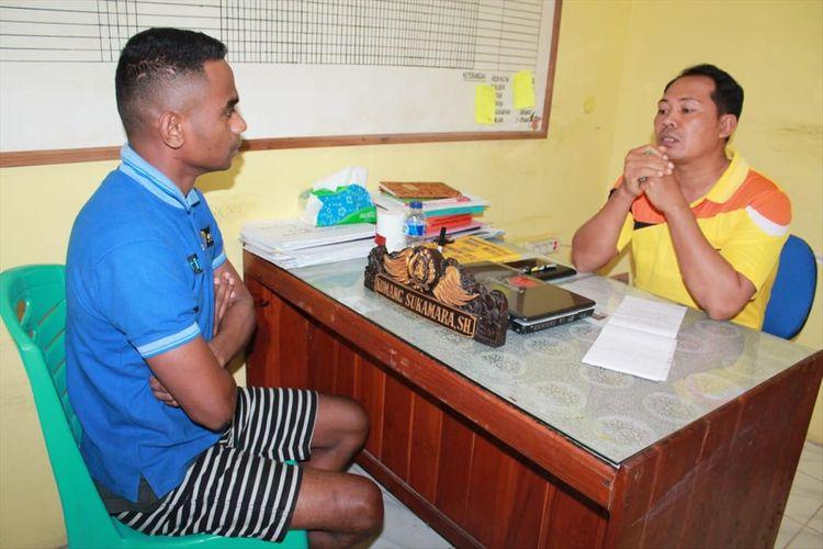 PHOTO:Pelaku pemerkosaan MU saat diperiksa Kapolsek Oebobo, Kompol Ketut Saba
