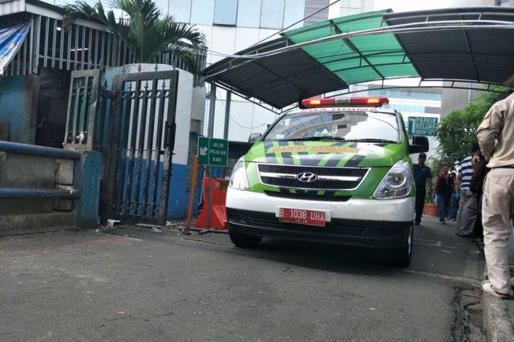 Mobil ambulans keluar dari Gedung Kementerian Perhubungan, Minggu (8/7/2018).